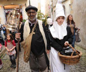 Traditionnelle arrivée de l'Olentero sur les quais de la Nive a Baiona le 22-12-2012.